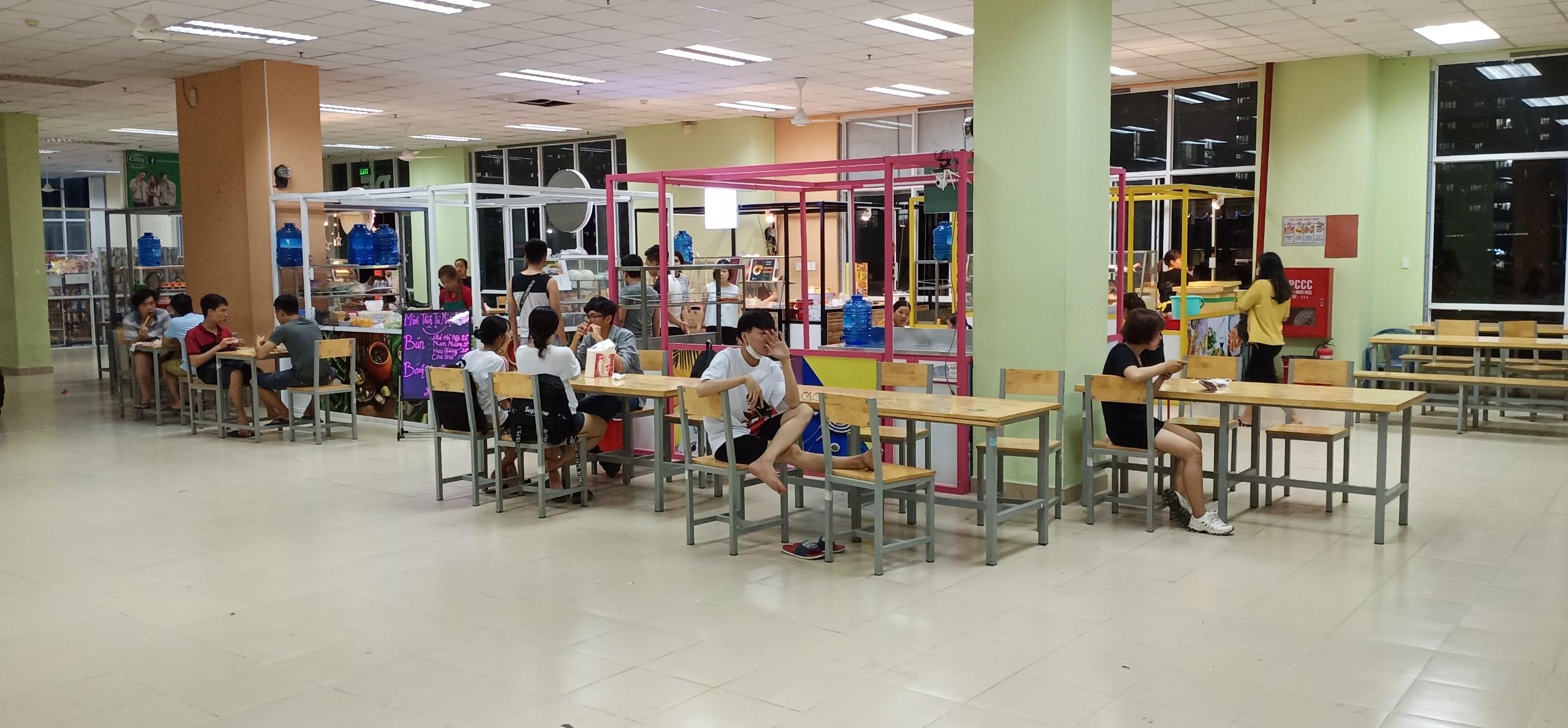 Khu vực ngồi tại phố ẩm thực làng