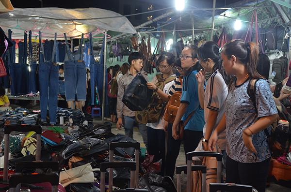 chợ đêm làng đại học cảnh diễn ra hằng ngày