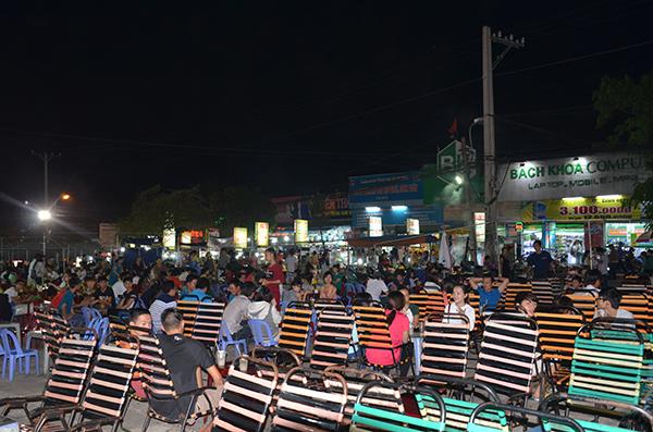 Chợ đêm làng đại học đối diện khu Nguyễn Văn Cừ